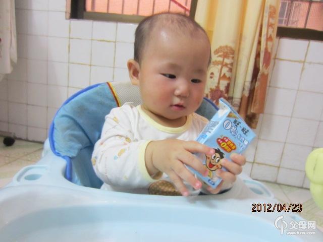 囡囡拿着那旺仔牛奶,一直盯着看,恨不得一口喝下去,那表情真可爱