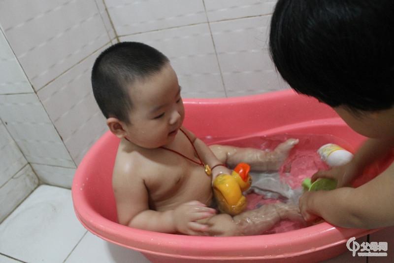 爱洗澡澡的小宝宝图片