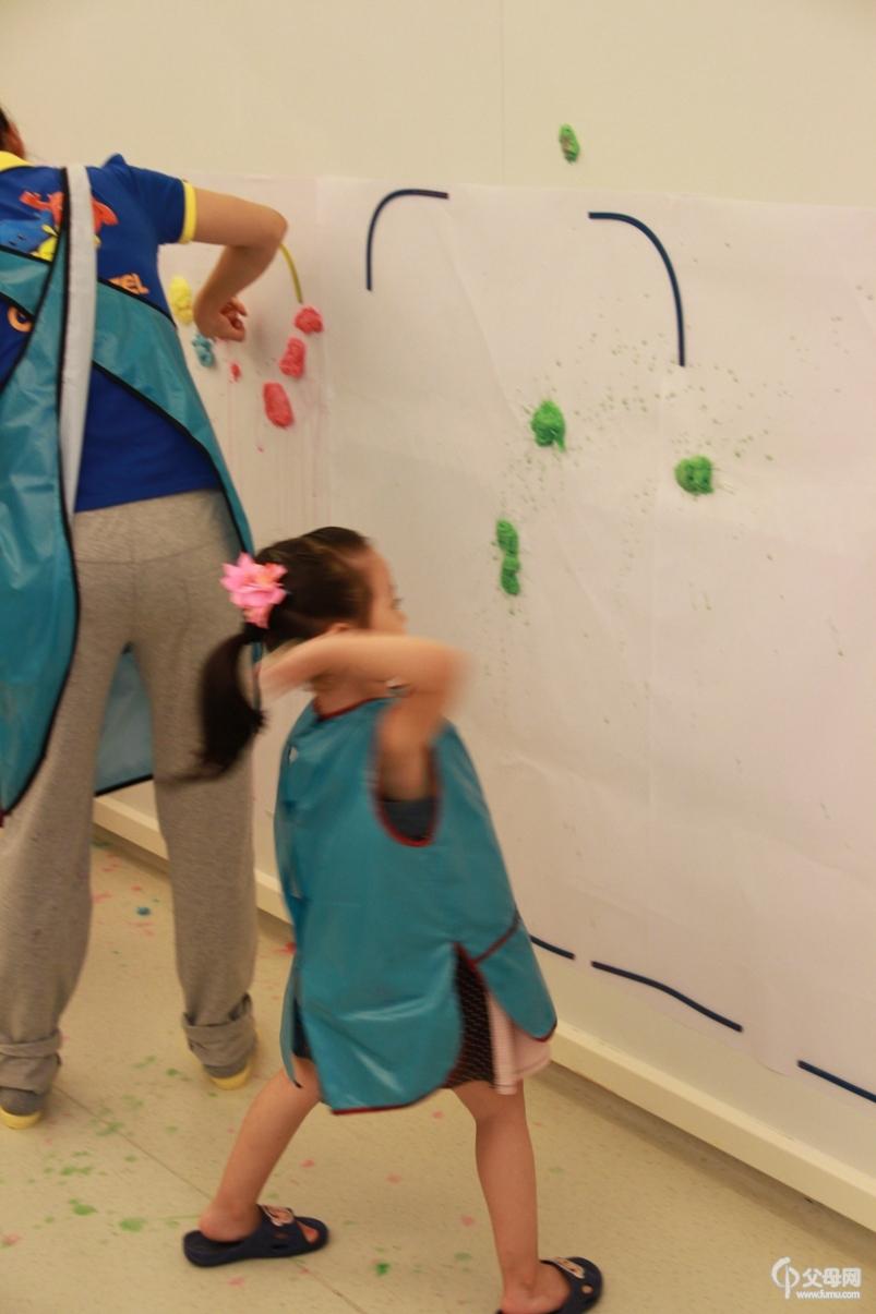 何雨汀拍积木宝贝国际早教中心的宣传照