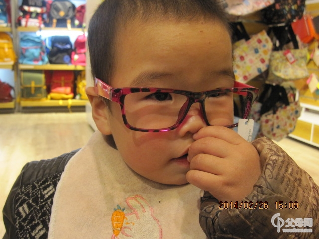 戴眼镜的小帅哥