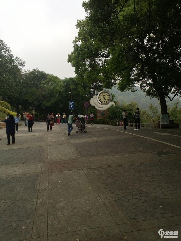 目前白云山风景区从南至北共有7个游览区,依次是