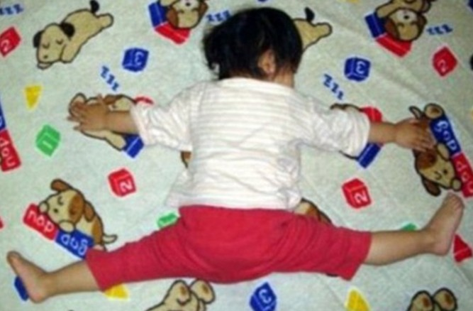 爱孩子不可中雷:父母迁就孩子的不良睡姿是在害他
