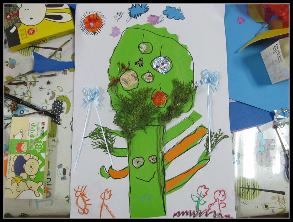 """糖纸和树叶等多种元素制作的拼贴画""""爱的家庭树"""""""