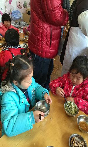 幼儿园小朋友吃饭