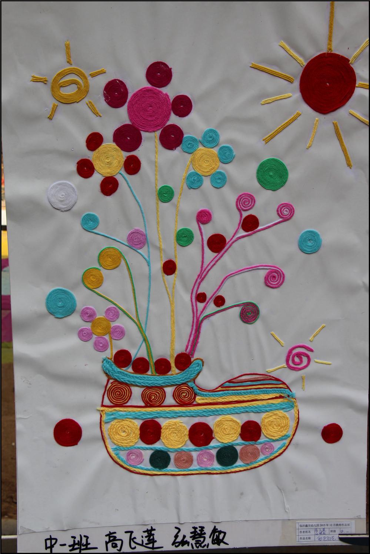 幼儿园里举办了一次美术作品展,是所有的学生和老师一起来画的这一个学期的作品,其中包括了老师平时的手工教学,还有学生上美术课和在上课时绘画的作品都有展示,算得上是一次非常有意义,值得参观的美术作品展。Aric一直非常喜欢画画,在放学后Aric就迫不及待的拉着妈妈进入幼儿园参观作品展,Aric还指着很多的作品说哪些是他们班的画画,哪些是自己的绘画,以及哪些是老师带着小朋友们一起做的,看来宝贝真的很想和妈妈分享呢。 这次的美术作品展真的可谓是包罗万象了,各种材料做成的手工作品都有看到,例如毛线、火柴棒、扣子、吸