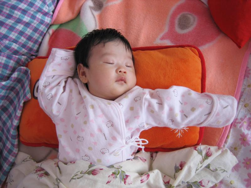 宝宝可爱睡姿的图片