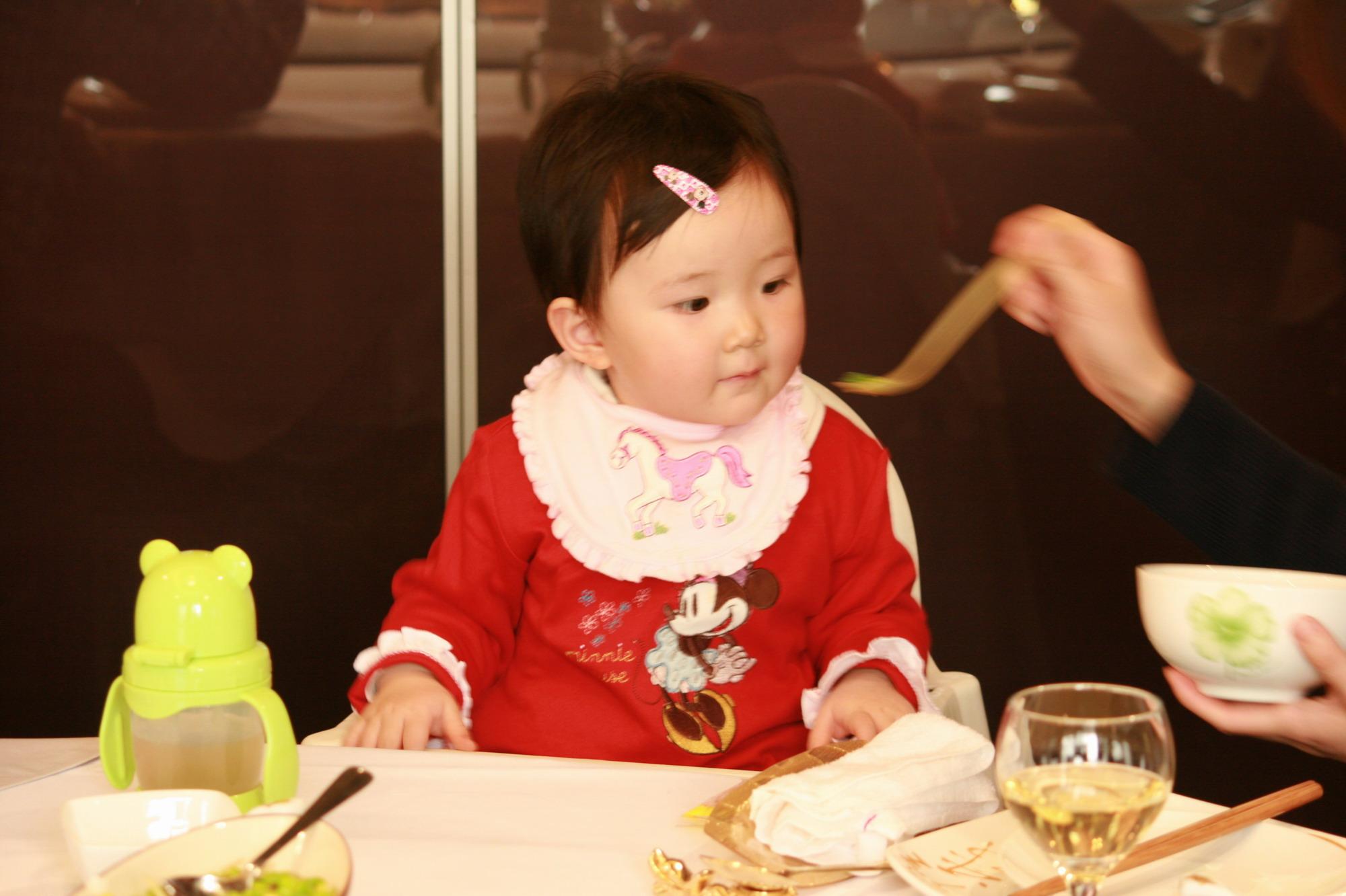 《父母世界》征集:(征集结束)宝宝吃饭时的可爱瞬间(照片)
