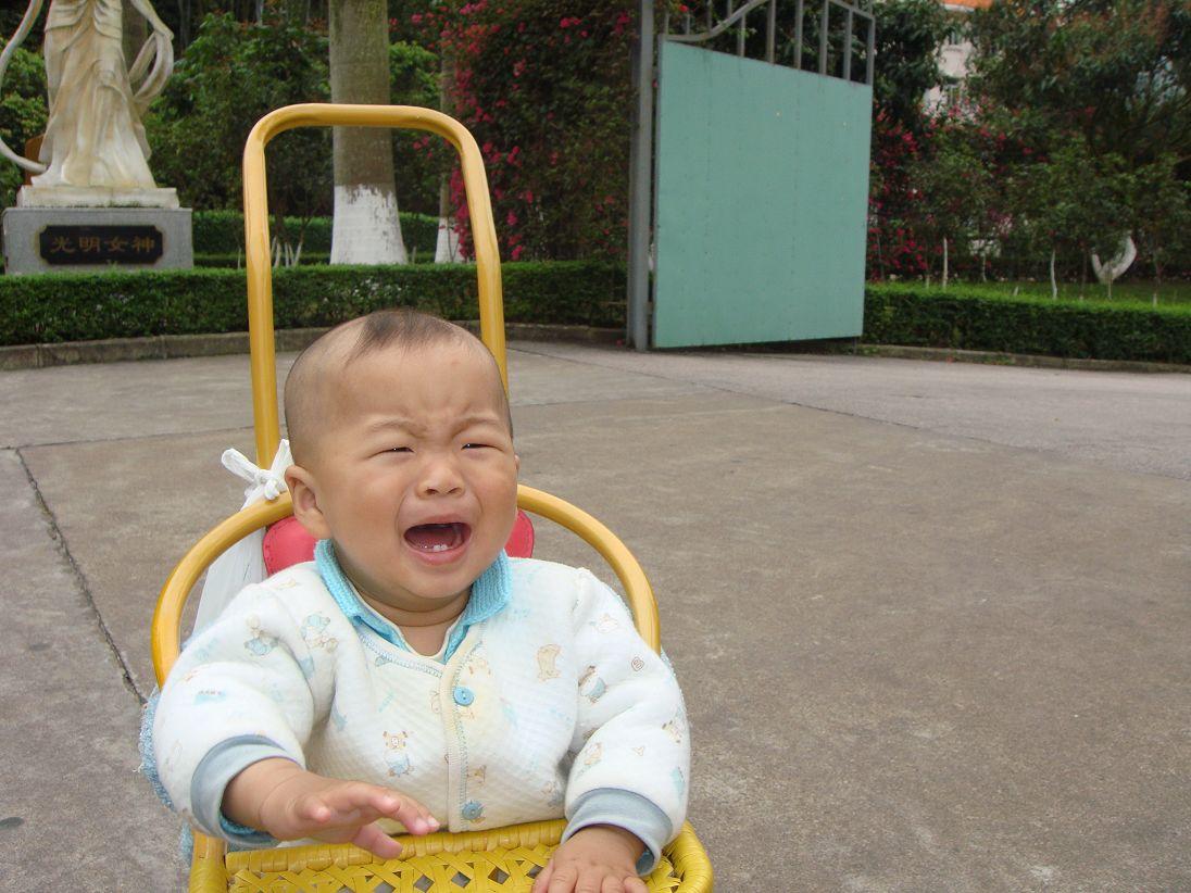 哭脸的小孩图可爱