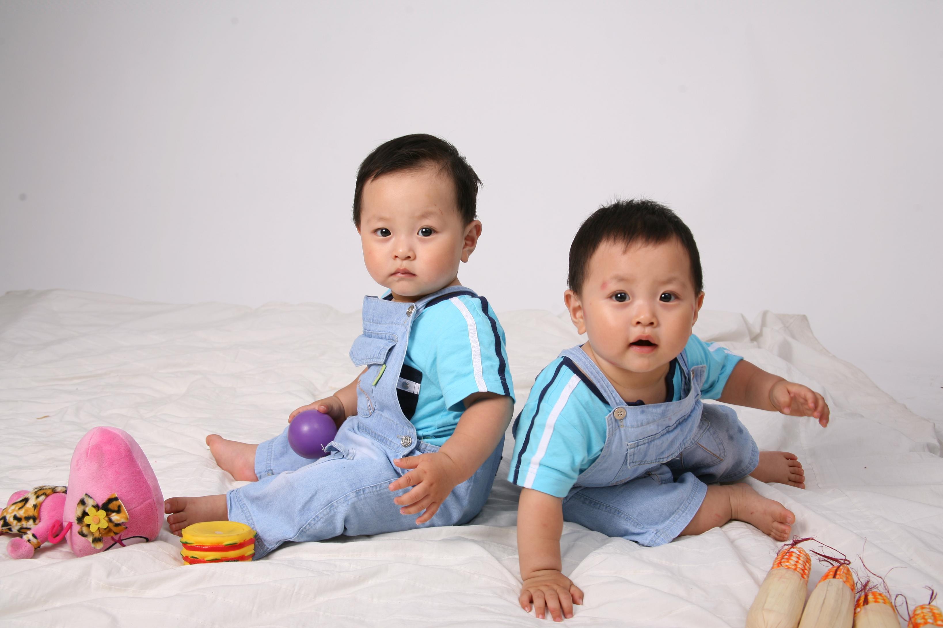 我家的双胞胎帅哥宝宝一岁啦~~