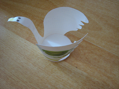 作个漂亮的白天鹅吧   剪的时候注意利用纸杯的图案  [  本帖最后