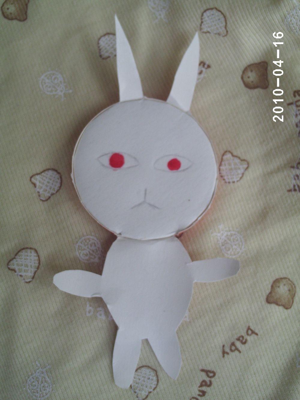 准备了无数天后,终于做好了一个:loveliness: !其实早就做好了两个,只是上传时才仔细读了要求,原来只要小动物,我做的都不是小动物,没办法,只好又重新去做了:$ 。纸杯的里面都是白色的,做小白兔最合适不过了,就做个小白兔吧!看看我的过程和作品吧: 这是需要的工具: