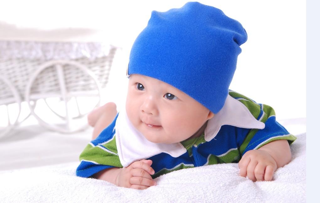 我的宝贝叫天天,去年十一月六日生的,现在已经七个月啦!感觉日子过的真快!看着他一天天长大,长重,长胖,越长越可爱,心里那个美呢!每天看着他,就好像天使在身边,特别是他睡觉的时候,怎么看都看不够,总想亲亲我的宝贝! 天天刚出生半小时爸爸就给他拍了照,当然那是他最丑的照片,但是的确很有意义!也拿出来现现丑吧!哈哈