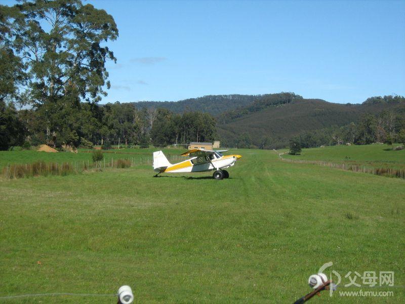 隔壁农场的私人小型飞机场,飞机掉头准备起飞