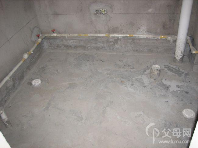 因为马桶坑旁边有下水管道