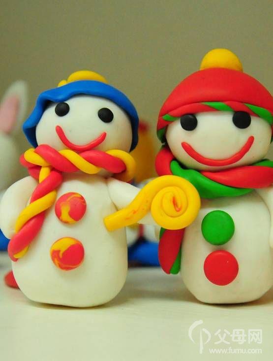亲子烘焙魔豆乐园的创意圣诞泡芙 圣诞节的铃声已经踩着小鹿的脚印一路欢快的向我们飘过来了,这个节日魔豆乐园推出了好玩又可爱的圣诞泡芙,有别于饼干,蛋糕,小巧可爱的泡芙更能让你充分发挥创意,度过一个精致又多姿的节日! 基本流程 1. 专业西点师现场教大家制作面糊 2. 放入烤箱烘焙,泡芙在高温的烘烤下开始膨胀起来 3.