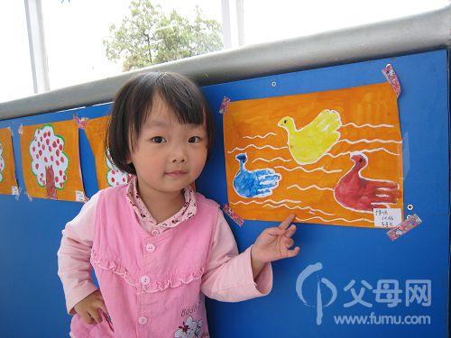 这是在幼儿园 里面画的小手印画,小天鹅